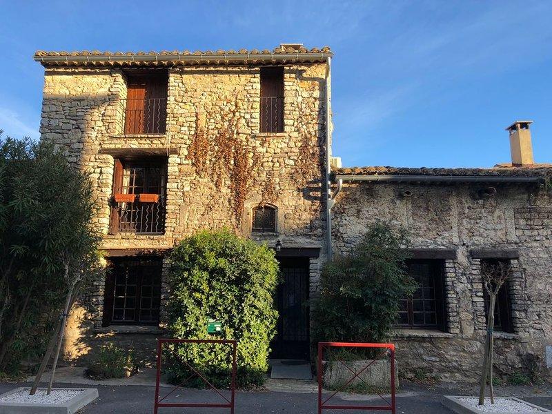Charmante maison de village de 128 m2 à louer à 5 mn de Sommières, aluguéis de temporada em Galargues