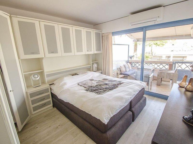 Appartement donnant directement sur plage, holiday rental in Théoule sur Mer