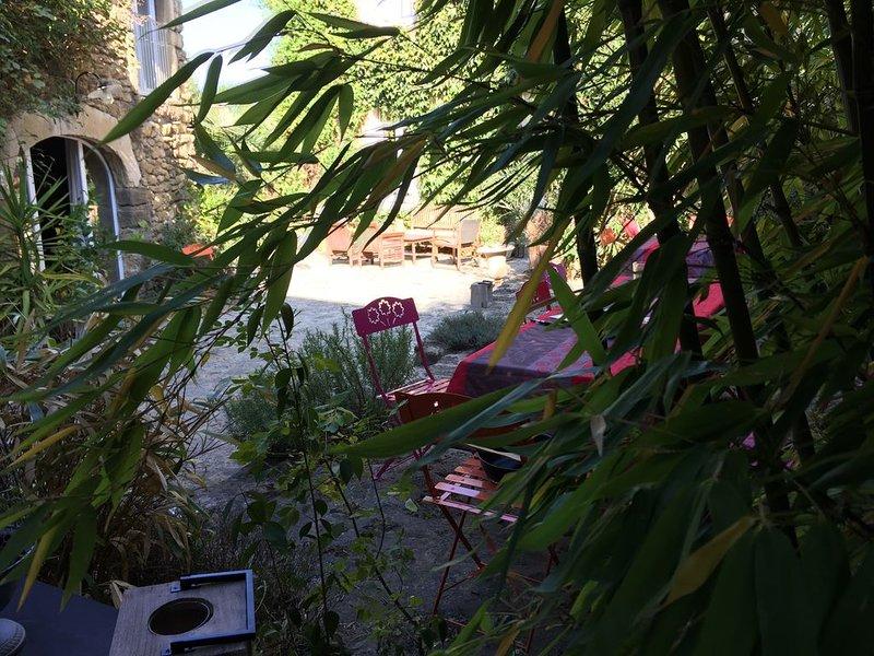 Demeure en pierre du XVIIIè dans un jardin clos avec piscine au coeur du village, location de vacances à Suze-la-Rousse
