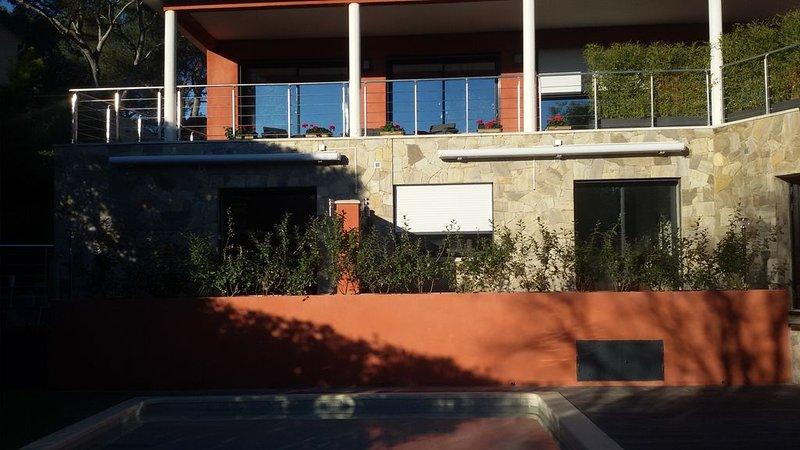 BEAU 2 PIECES CLIMATISÉ EN REZ DE JARDIN AVEC TERRASSE PRIVATIVE ET PISCINE, vacation rental in Saint-Raphael