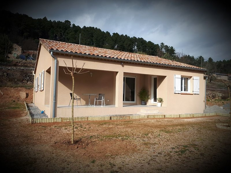 Location villa NEUVE pour 6 personnes, holiday rental in Payzac