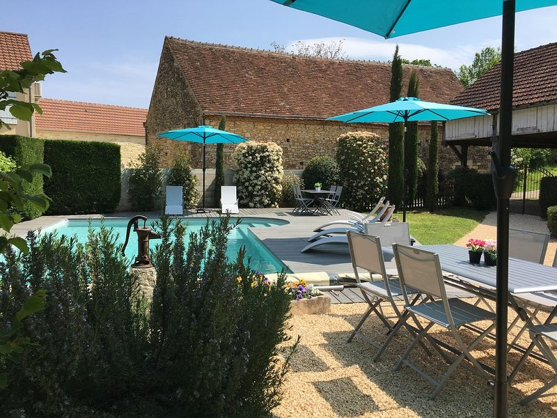 Spacieuse maison de caractère unique avec piscine privative., location de vacances à Dégagnac