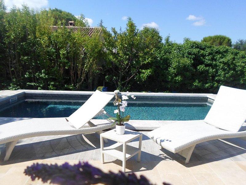VILLA LES GRANGES- PISCINE  AU  CALME, holiday rental in Crestet