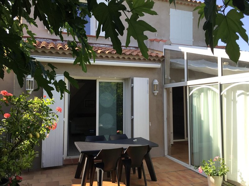 maison indépendante 2 chambres 2 salles de bains, location de vacances à Sanary-sur-Mer