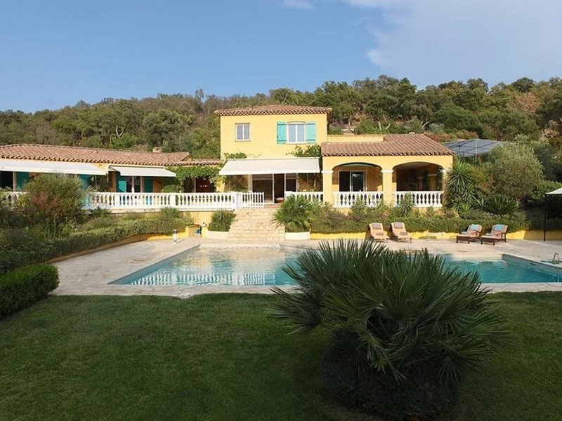 Belle Villa provençale dans un écrin de verdure, holiday rental in Grimaud