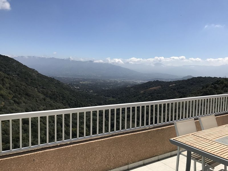 Villa au calme avec piscine chauffée proche Ajaccio  + voiture, location de vacances à Alata