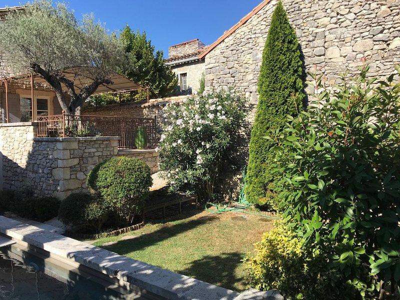 Maison en pierre + piscine privative, aluguéis de temporada em Brouzet-les-Ales