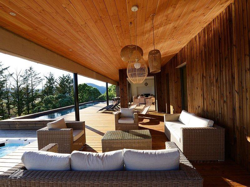 Villa d'architecte avec piscine chauffée et spa, holiday rental in Saint-Jean-de-Fos