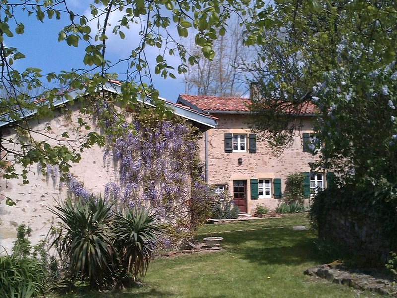 SOUTH BURGUNDY Country House, location de vacances à Cours-la-Ville