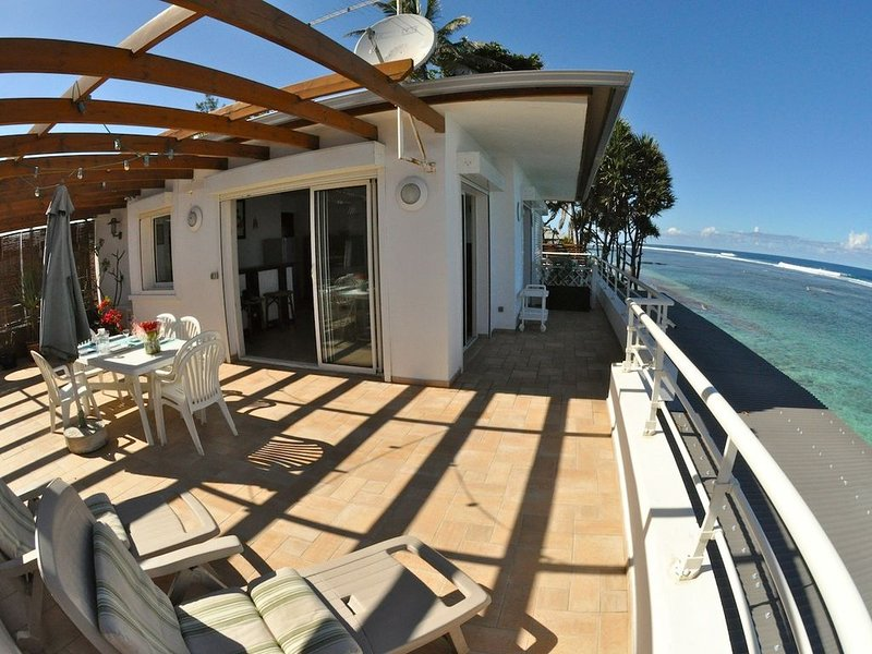 REVE AUSTRAL T2D au bord du Lagon Terrasse 60m2 vue mer 180°, holiday rental in Arrondissement of Saint-Pierre