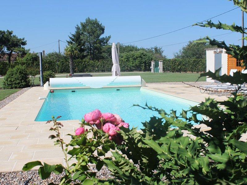 Super cadre! Belle maison très bien équipée, Piscine au sel Chauffée en Périgord, aluguéis de temporada em Montazeau