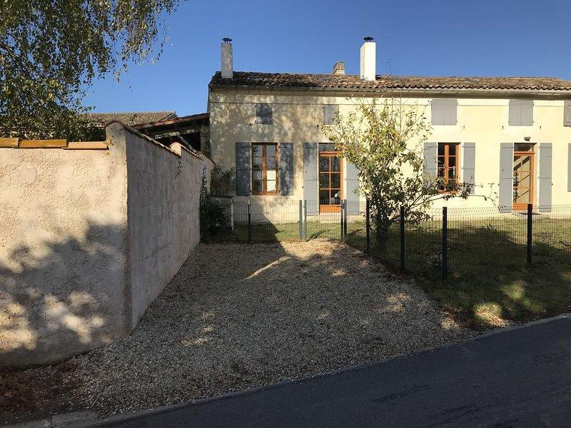 maison privée type Charentaise et piscine chauffée à 27 °,calme assuré, holiday rental in Saint Romain sur Gironde