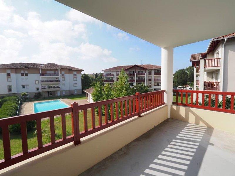 BEAU T2 AVEC PISCINE, CIBOURE, PARKING, TERRASSE, WIFI et CALME, location de vacances à Ciboure