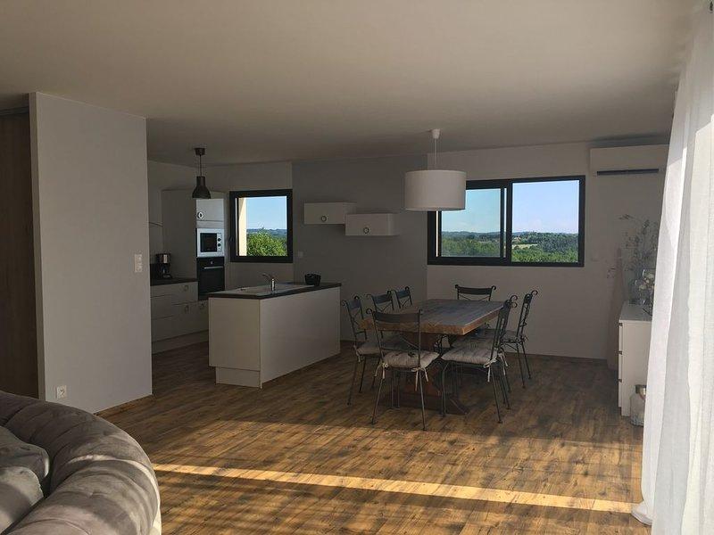 Maison sur les hauteurs du ROC avec piscine, holiday rental in Payrac