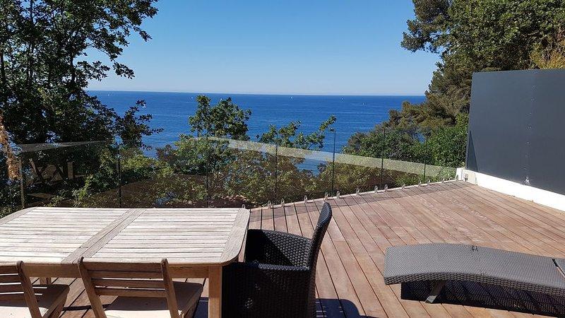 Chalet 'LITTLE PARADISE' VUE MER 1er rang - grande terrasse - plain pied, casa vacanza a Le Pradet