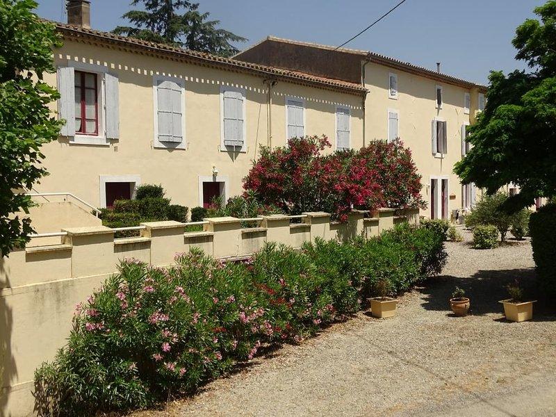 Gîte 2 chambres-5pers-jardin prive -piscine commune, location de vacances à Lasserre-de-Prouille
