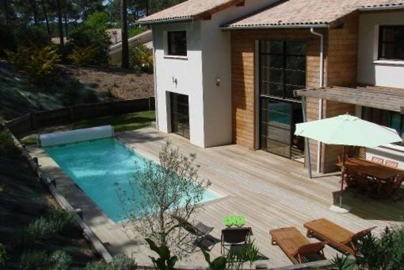 Villa haut de gamme, piscine chauffée au coeur de la foret, sur le golf., vacation rental in Biscarrosse