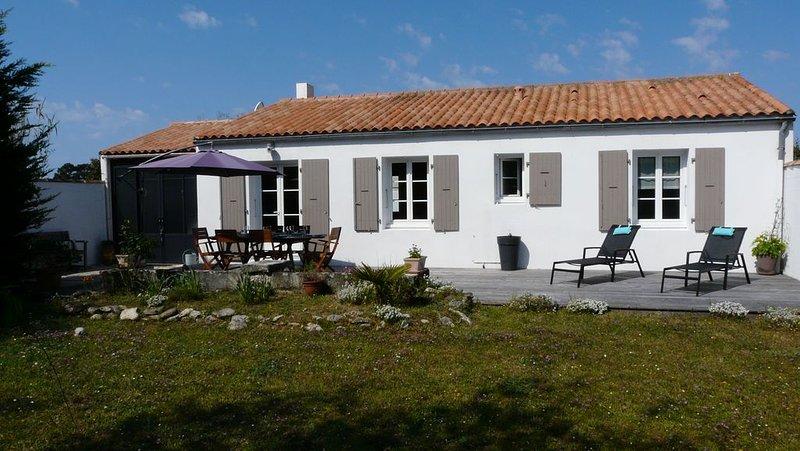 Maison Ste Marie de Ré 'Les Grenettes' à 100m de la mer - Entre vignes et plage, holiday rental in Sainte Marie de Re