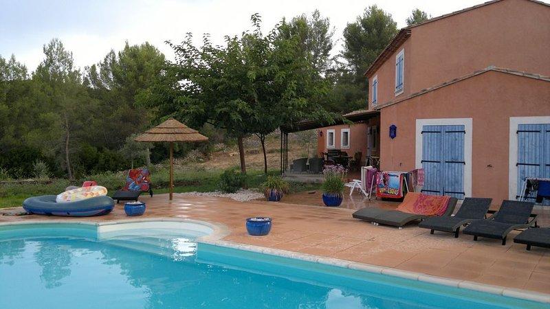 Villa provençale, cadre agréable et reposant en campagne, holiday rental in Sollies-Pont