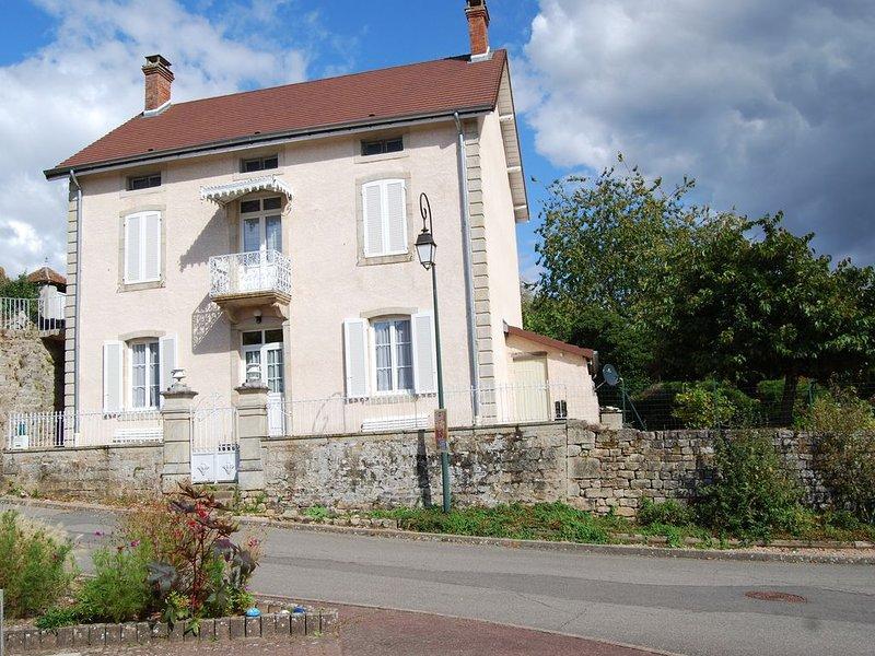 Maison de charme en Bourgogne Sud, dans un petit village, avec piscine, location de vacances à Gueugnon