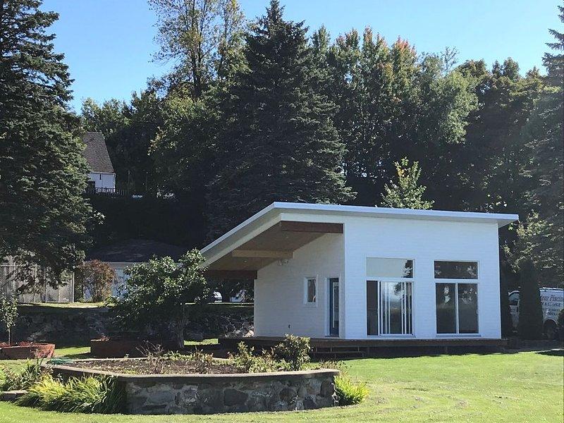 Chalet au cœur d'un domaine face à l'Île d'Orléans sur les rives du St-Laurent, aluguéis de temporada em Saint-Jean-de-l'ile-d'Orleans