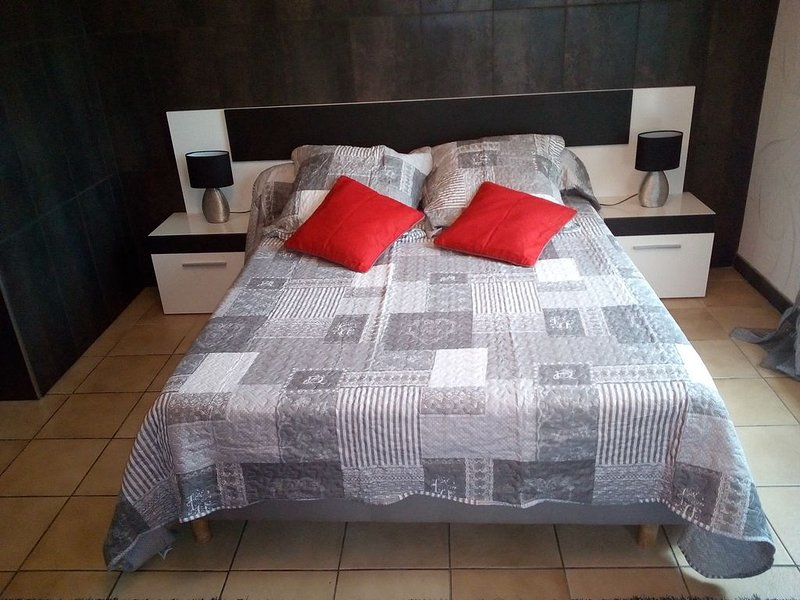 Proche centre , Chambre confort dans villa partagée, climatisée billard , jardin, holiday rental in Peyrestortes