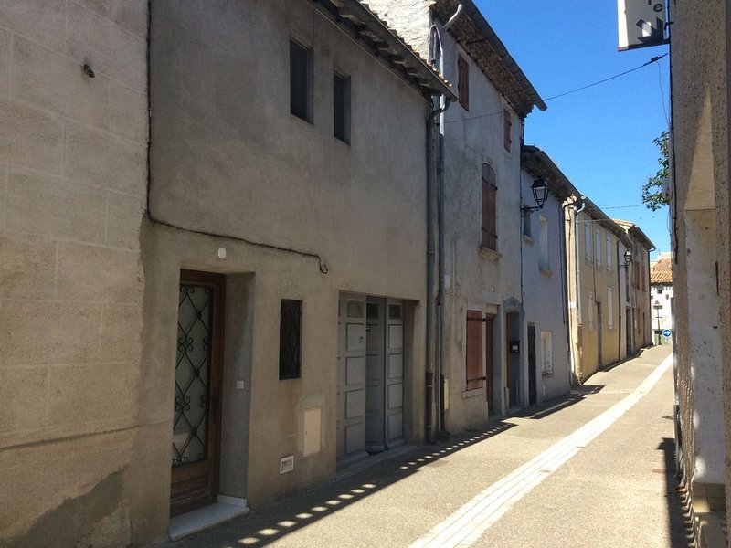 Maison familiale de quatre chambres au cœur d'un petit village  audois 8 km cité, holiday rental in Moussoulens