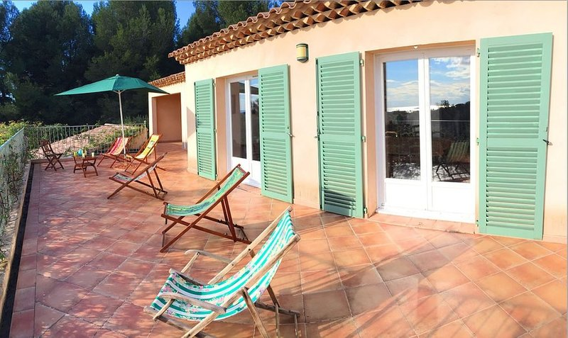 Grande villa provençale dans les collines, vue mer, 3 kms Sanary, 8 couchages, holiday rental in Evenos
