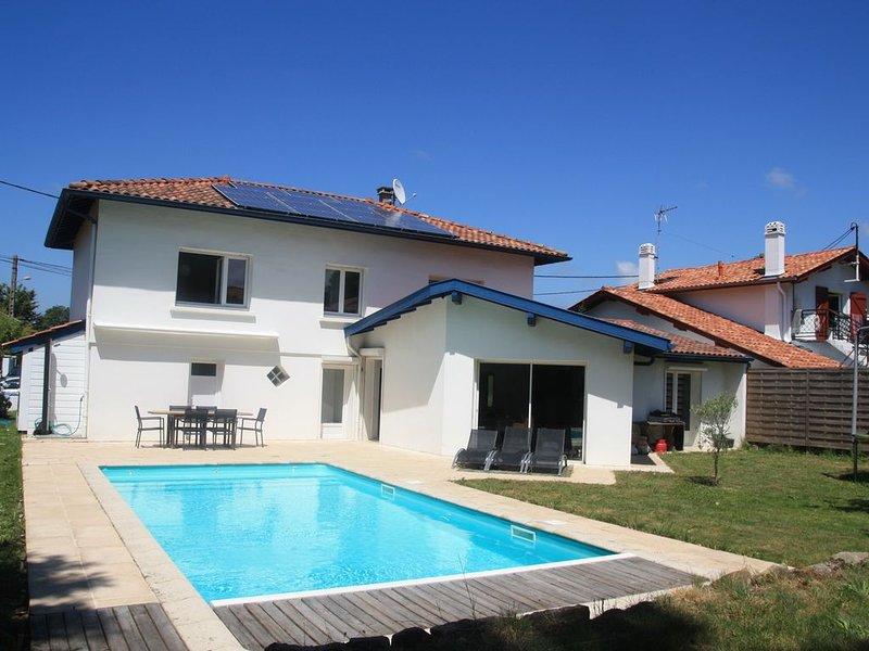 Grande villa au calme, piscine chauffée sécurisée, proche plages, holiday rental in Boucau