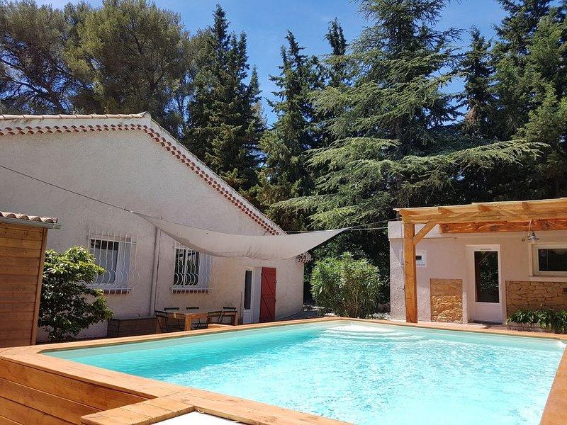 Villa Chaleureuse, climatisation, piscine, jardin, WIFI. Jusqu'à 12 pers, location de vacances à La Ciotat