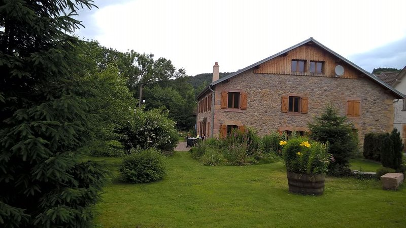 Vaste charmant appartement avec jardin en pleine nature, holiday rental in Bruyeres