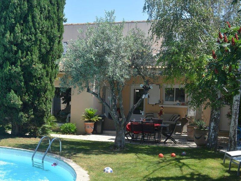 Charmante maison de village à quelques kilomètres des Arènes de Nîmes, holiday rental in Milhaud