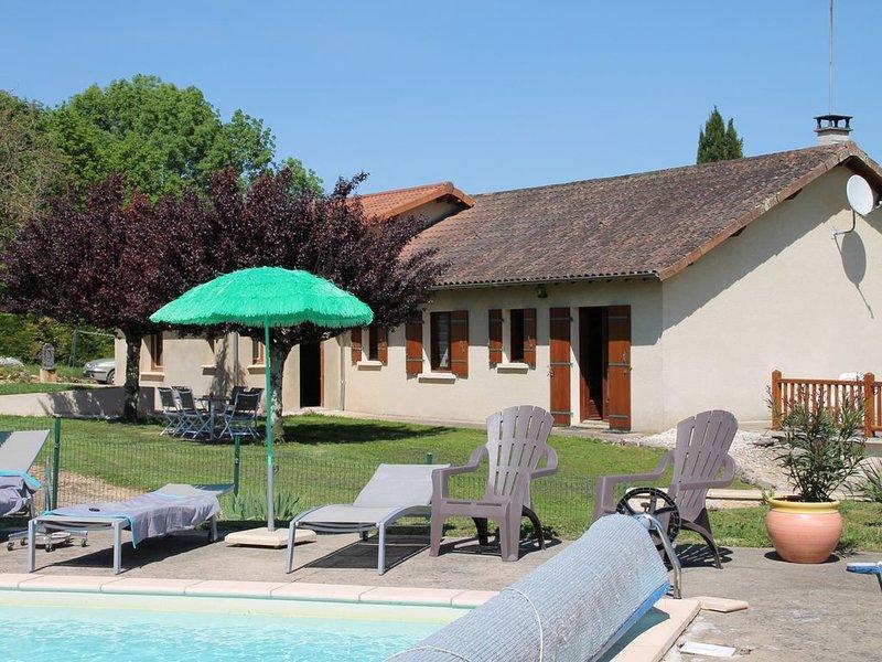 Périgord le calme près des chemins de randonnée avec piscine chauffée, location de vacances à Négrondes