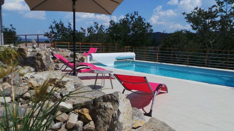 SAINT ALBAN AURIOLLES, villa climatisée avec piscine privée pour 6 à 8 personnes, holiday rental in Saint-Alban-Auriolles