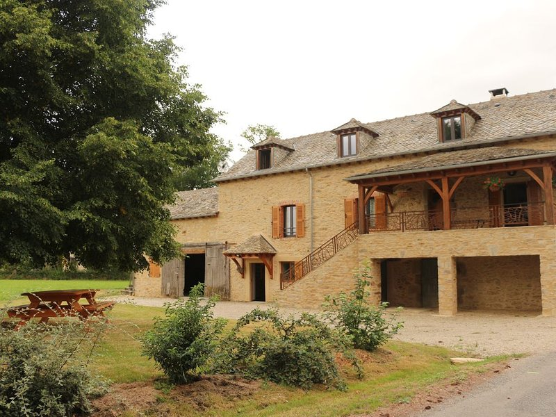 Maison de campagne sur 1500 m2 de terrain, vacation rental in Naucelle