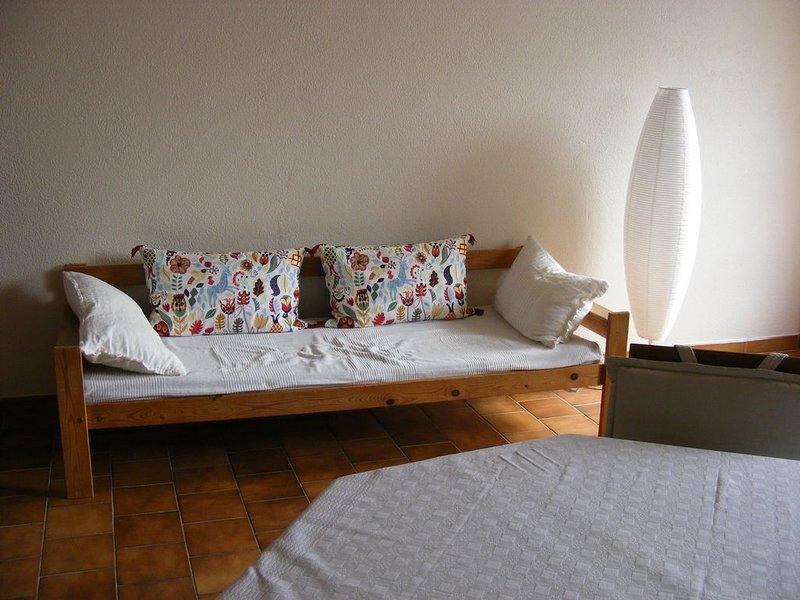 Grand studio équipé dans village provençal caractère, holiday rental in Vinsobres