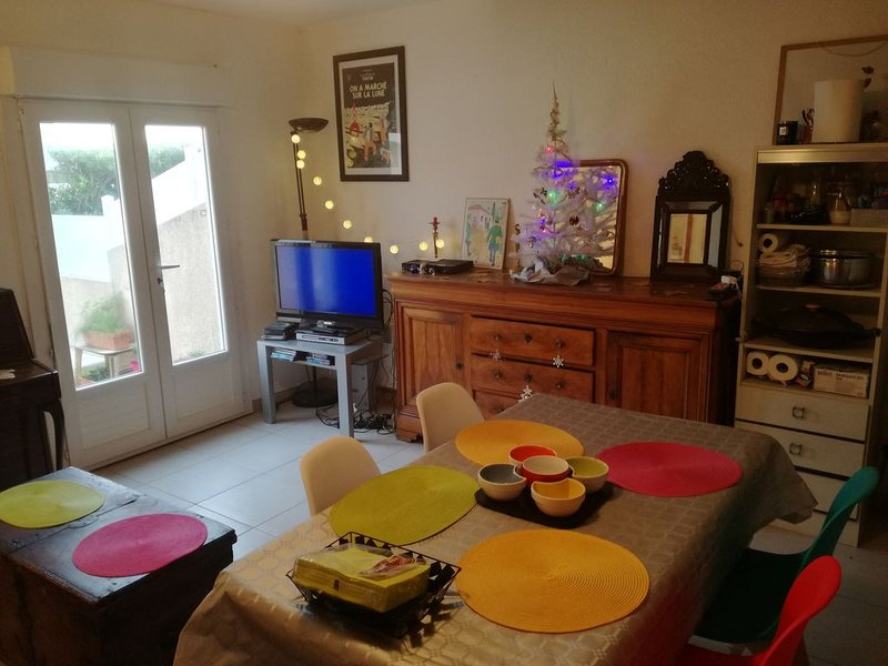 Chambre lumineuse dans maisonnette à 50 mètres de la mer, location de vacances à Frontignan