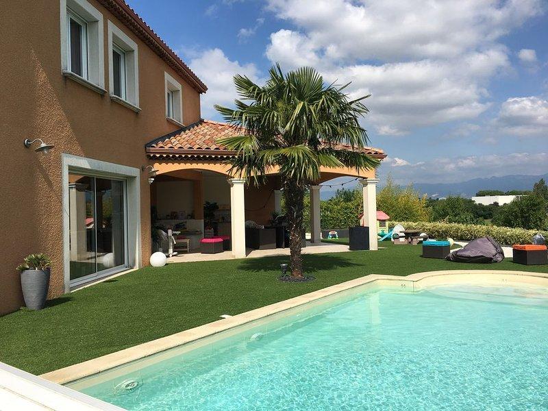 VILLA AVEC PISCINE DANS QUARTIER RESIDENTIEL, VUE SUR LE VERCORS, vacation rental in Chabeuil