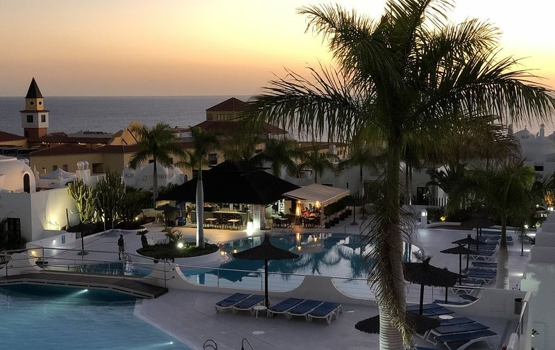 Duplex unique à Playa Paraíso face à la mer dans une résidence de standing, holiday rental in La Caleta