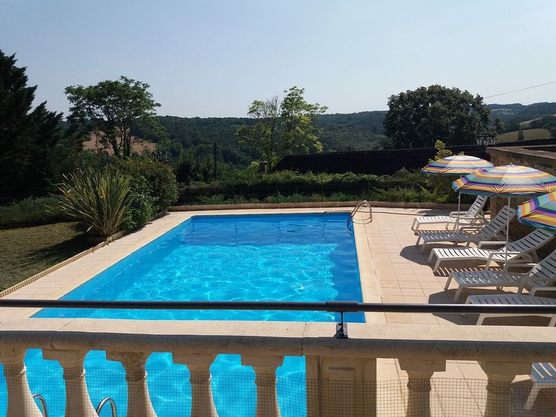 Belle perigourdine en pierres,piscine privée ,vue exceptionnelle et imprenable., holiday rental in Thenon