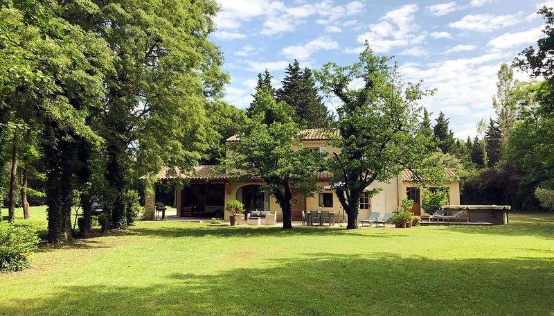 un mas provençal de décorateur pour une famille de 7/8 personnes, holiday rental in Malataverne