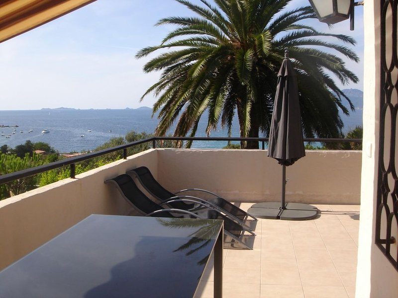 Villa de standing  avec piscine privée située à PORTIGLIOLO, holiday rental in Coti-Chiavari