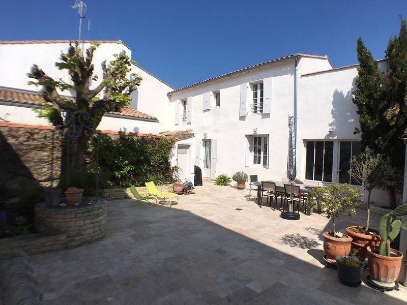 Maison Rhétaise rénovée en plein cœur de village, casa vacanza a Charente-Maritime