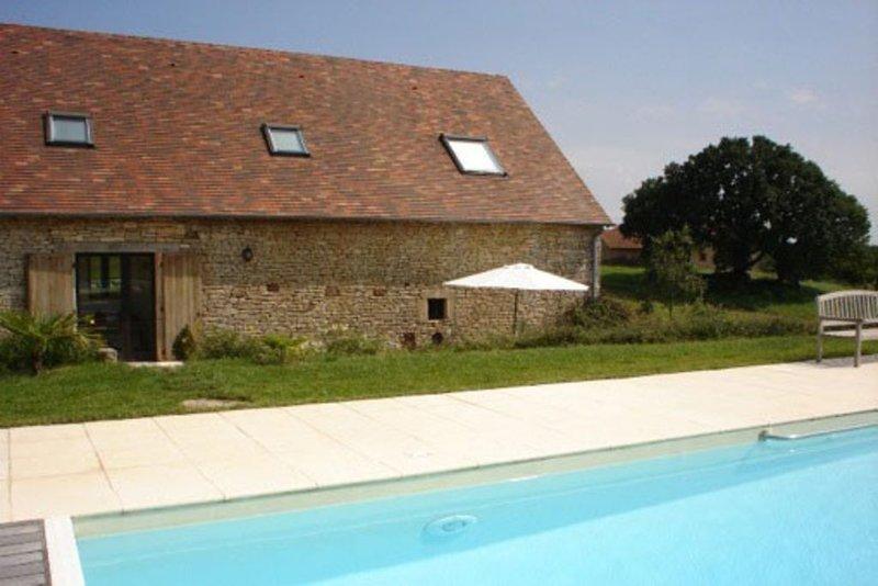 Maison de charme entouree de champs avec belle piscine dans le haut-quercy, holiday rental in Cressensac