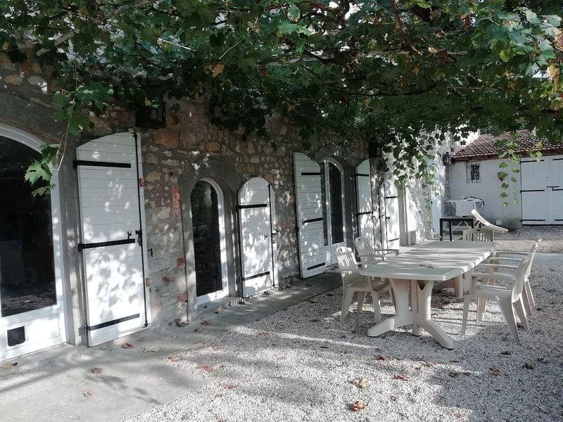 Maison de caractère avec piscine, location de vacances à Vèzenobres