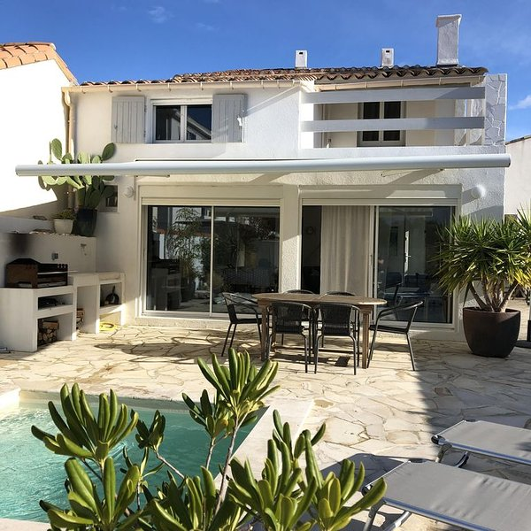CAMARGUE : Maison dans le village, avec piscine privée, à 200 m de la plage, location de vacances à Saintes-Maries de la Mer
