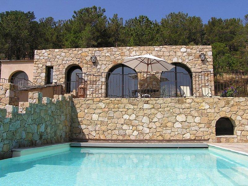 Villa en bord de mer avec piscine chauffée privée, terrasse et vue mer, casa vacanza a Corbara