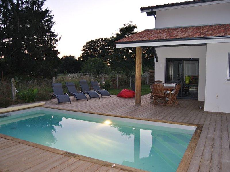Villa neuve de 2018 avec piscine chauffée proche d'Hossegor, casa vacanza a Tosse