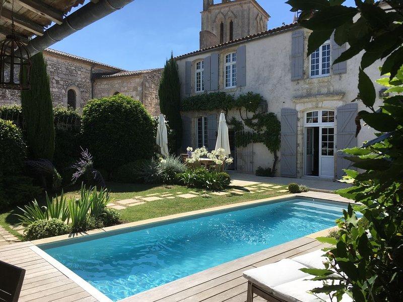 Maison  de caractère  4* ,Piscine chauffée plage marché et port à pieds, casa vacanza a Meschers-sur-Gironde