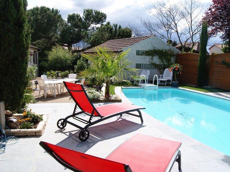 BELLE MAISON PLEIN PIED AVEC PISCINE PROCHE DU CENTRE VILLE ET DE LA DORDOGNE, holiday rental in Lamonzie-Saint-Martin